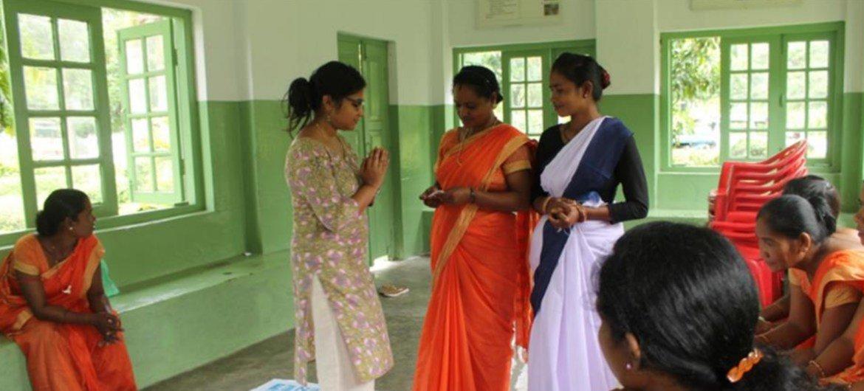 जुगनू क्लब के सदस्यों को यूएन महिला संस्था द्वारा प्रशिक्षित किया जा रहा है.