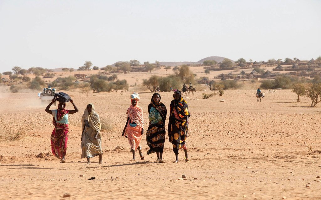 Des femmes soudanaises marchant dans une zone de sécurité à Um Baru, au nord du Darfour. (fichier)