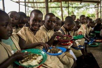 أطفال يتناولون طعام الغذاء في مدرسة ابتدائية ببوروندي.
