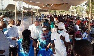 Le Coordonnateur humanitaire en RDC et la Représentante du HCR, accompagnés d'une délégation composée d'agences des Nations Unies, du Forum des ONG internationales et du gouvernement au centre d'enregistrement de Yakoma en République démocratique du Congo