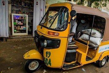 Distribution de nourriture du PAM à l'aide de rickshaws Kéké à Kano, Nigéria dans les quartiers touchés par le coronavirus