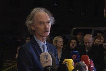 صورة من الأرشيف: المبعوث الخاص لسوريا غير  بيدرسون أخبر الصحفيين في جنيف أن اللجنة الدستورية السورية التي تضم 150 عضوا قد وافقت على جدول أعمالها.