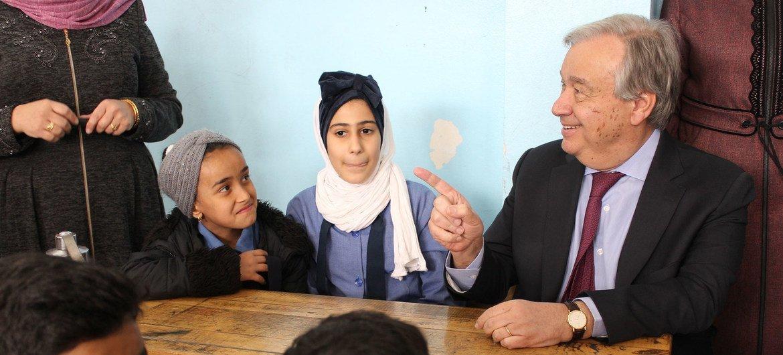 Le Secrétaire général, António Guterres, s'entretient avec de jeunes élèves dans une école gérée par l'UNRWA au camp de Baqa'a en Jord