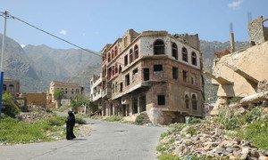 Une femme marche à Taëz, une ville ravagée par le conflit au Yémen.