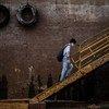Un hombre utiliza una mascarilla para protegerse del COVID-19 en el puerto de Manaus, en el Amazonas de Brasil.