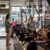 Une cliente dans un magasin à Covent Garden à Londres, au Royaume-Uni