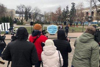 В рамках кампании борьбы с СOVID-19 в Киеве и Харькове при поддержке МОМ была установлена инсталляция огромной маски