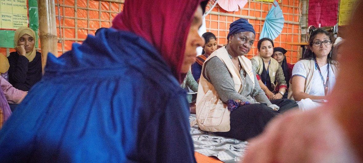 联合国人口基金执行主任纳塔利娅·卡姆参加了与孟加拉国妇女的小组讨论。
