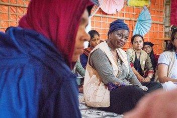 Dkt. Natalia Kanem mkuu wa UNFPA akiwa katika majadiliano na kundi la wanawake nchini Bangladesh