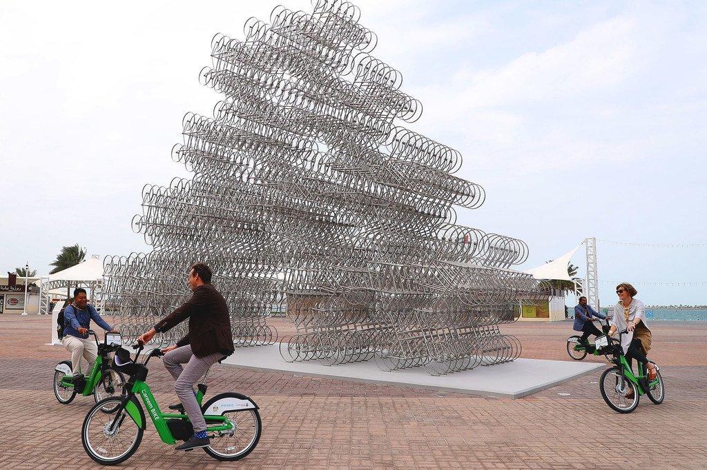 Una escultura pública hecha con 720 bicicletas recuerda en los Emiratos Árabes Unidos nos recuerda que este ecológico medio transporte es idea para la ciudad.