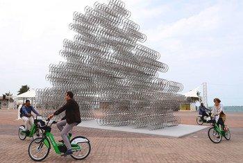 """منحوتة ضخمة صممها الفنان والناشط الصيني الشهير """"آي ويي ويي"""" ، وقد أطلق عليها عنوان """"Forever Bicycle"""""""