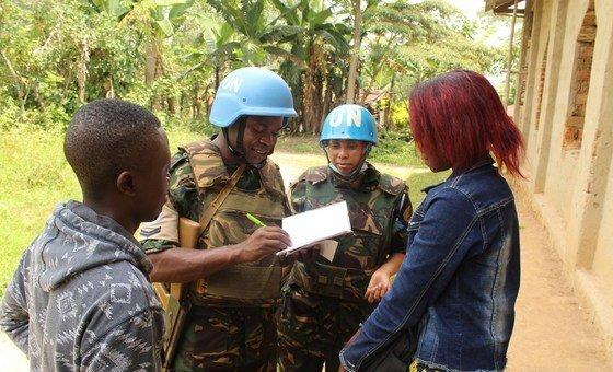 Walinda amani wa Umoja wa Mataifa kutoka Tanzania wanaohudumu MONUSCO nchini DRC wakizungumza na wananchi wakazi wa jimbo la Kivu Kaskazini.