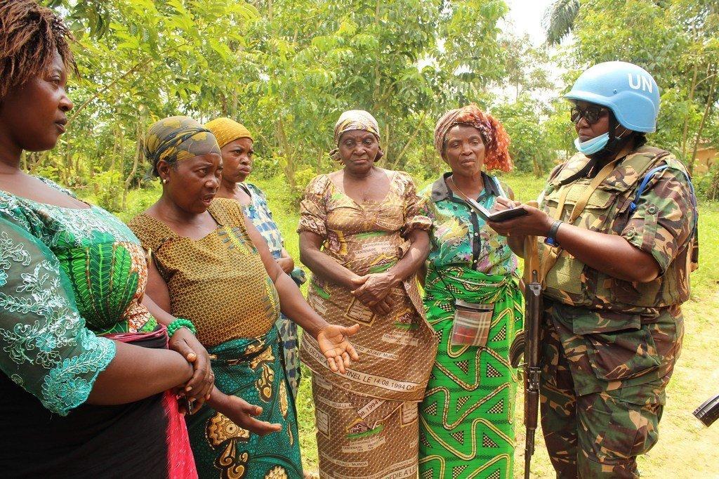 Des soldats de la paix tanzaniens des Nations Unies parlent avec des membres des communautés dans la province du Nord-Kivu en RDC.