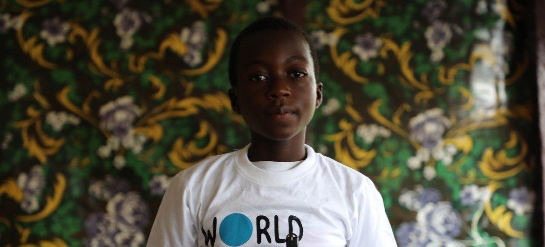 Favour, de 11 anos, dos Camarões, teve sua escola destruída e tem aulas pelo rádio