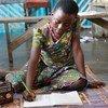 تانيا، 11 عاما، التي انفصلت عن والديها بسبب العنف في الكاميرون، لم تتمكن من الالتحاق بالمدرسة منذ 3 سنوات. تساعدها اليونيسف على مواصلة تعليمها عبر برنامج تعليمي مبتكر.