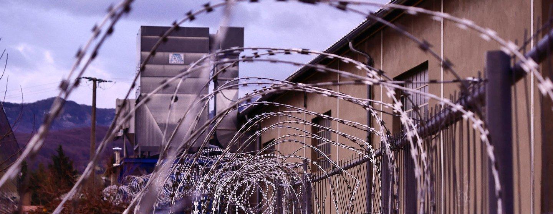 一处监狱的铁丝网。