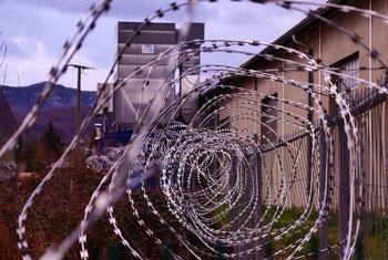 हिरासत केन्द्र के इर्द-गिर्द कंटीली तारों को लगाया गया है.