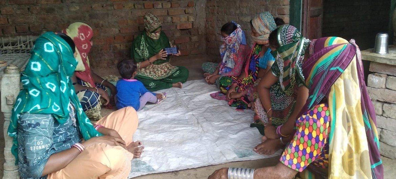 سيّدات ريفيات في الهند يتعلمن إجراء المعاملات عبر الإنترنت.