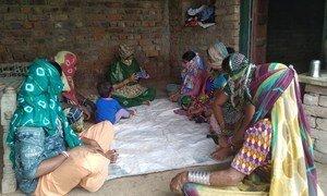 印度农村的这些自雇妇女学习如何进行基本的在线交易。