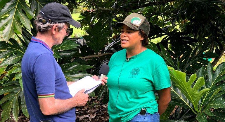 Daniel Dickinson of UN News (left) talks to Noel Dickinson of the Breadfruit Institute  at Hawaii's National Tropical Botanical Garden.