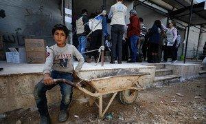 一名儿童在世界粮食计划署(WFP)位于叙利亚伊德利布南部农村总食品配送中心前等候。