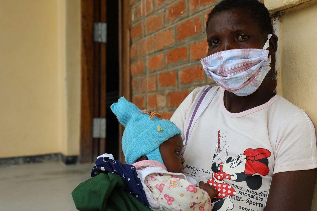 Dorica Zuze na mwanae akiwa katika kituo cha afya  nchini Malawi.