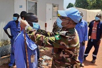 Dans le cadre de la campagne d'information sur la Covid-19 en République centrafricaine, le commandant du contingent médical bangladais de la MINUSCA encourage leurs prestataires de service locaux à porter des masques de protection