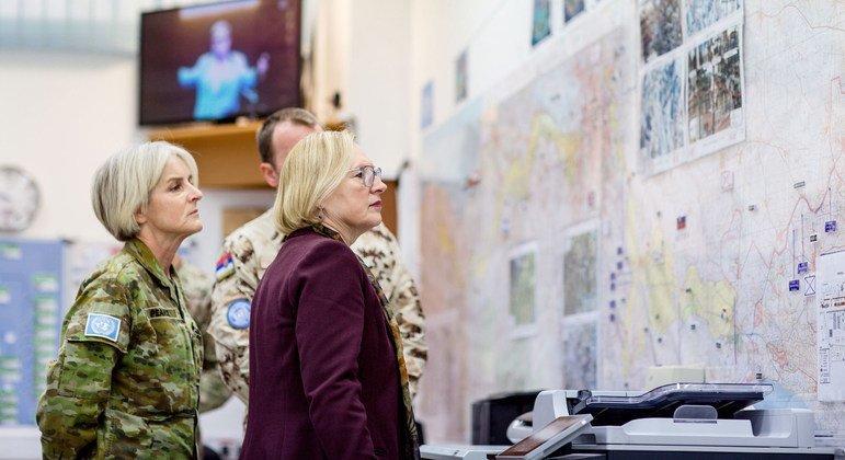 Глава Миссии ООН на Кипре Элизабет Спехар (в центре) и командир миротворческих сид генерал-майор Шерил Пирс изучают карту дислокации подразделений