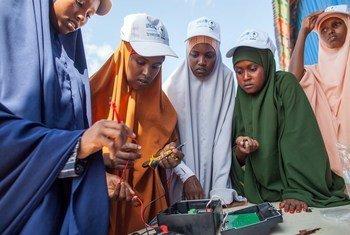 Amina Mahdi Abid, (wa pili kushoto) akijifunza jinsi ya kuunganisha na kufunga mitambo ya sola kwenye kituo kinachopatiwa msaada na UNICEF huko  Dollow, nchini Somalia.