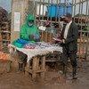 Vendedor de rua vende máscaras em mercado no Quênia