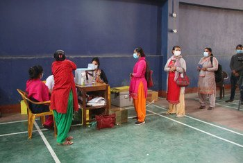 عاملون صحيون وفي الخطوط الأمامية في منطقة شمال وسط نيبال يحصلون على الجرعة الثانية من لقاحات كوفيد-19.