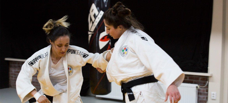 桑达(左)正在荷兰进行柔道训练。