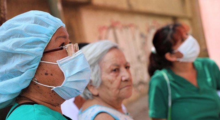 Doctoras y enfermeras van de casa en casa para informar de la pandemia en Venezuela.