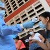 Un control de temperatura por el coronavirus en un albergue en Venezuela