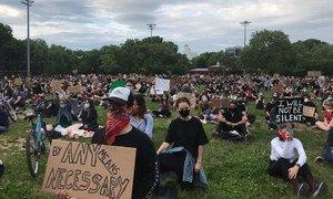 Manifestantes pacíficos en el parque McCarren en Brooklyn, Nueva York, guardan 20 minutos de silencio por las personas que han muerto a causa del racismo.