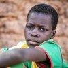 Mvulana mchanga ambaye alilazimika kukimbia nyumbani kwao kutokana na vurugu huko Kaya, Burkina Faso.