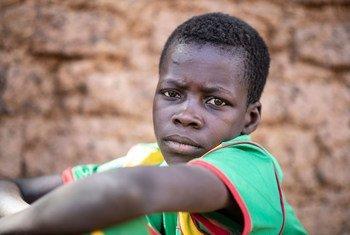 Le visage du déplacement; un jeune garçon qui a été forcé de fuir son domicile en raison de violences à Kaya, au Burkina Faso.