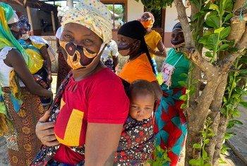 Mama akiwa amembeba mwanae baada ya kukimbia makazi yake huko kaskazini mwa Msumbiji mwezi Novemba mwaka jana na sasa anaishi kambini.