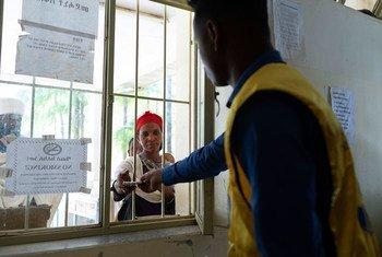 一名妇女在埃塞俄比亚提格雷地区的一个卫生中心取药。
