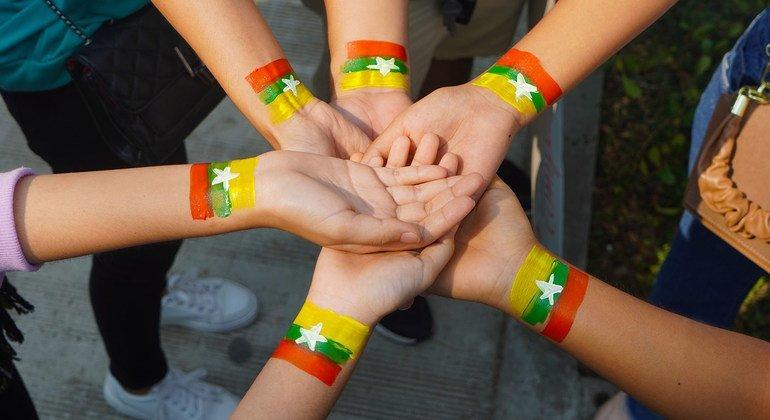 仰光街头的一群人表示他们支持缅甸。