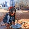 طفلة تقوم بغسل الأطباق في مخيم معرة مصرين شمال إدلب، سوريا - 23 نيسان/أبريل 2020.