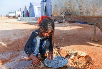 Le 23 avril 2020,un fille lave de la vaisselle dans le camp de Maarat Misrin au nord d'Idlib, en Syrie