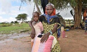 Refugiados sudaneses fogem pela fronteira para escapar da violência em Darfur. Refugiada sudanesa de 23 anos fugiu com seus filhos para Kartafa, no Chade, em julho de 2020.