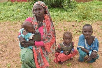 Mkimbizi mjane mwenye miaka 25 kutoka Sudan aliyekimbia machafuko Darfur akiwa na watoto wake kwenye makazi ya wakimbizi ya Goungour nchini Chad