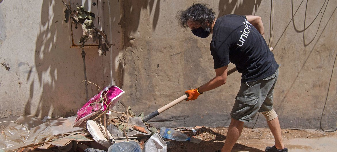 In Beirut, UNICEF personnel and partners join efforts with local residents to clean up the streets (file)