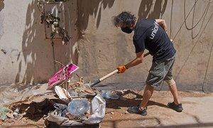 Cidadãos libaneses e refugiados sírios removem os destroços nas ruas de Beirute como parte do Programa de Infraestrutura Intensiva de Emprego.