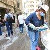 Des membres de la communauté nettoient les décombres de l'explosion catastrophique dans le quartier de Gemmayze, à Beyrouth, au Liban.