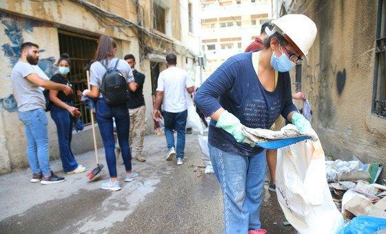 Voluntários ajudam na limpeza após a explosão na área de Gemmayze, em Beirute, Líbano.