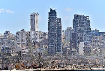 Vista del área del puerto de Beirut destrozada por la explosión