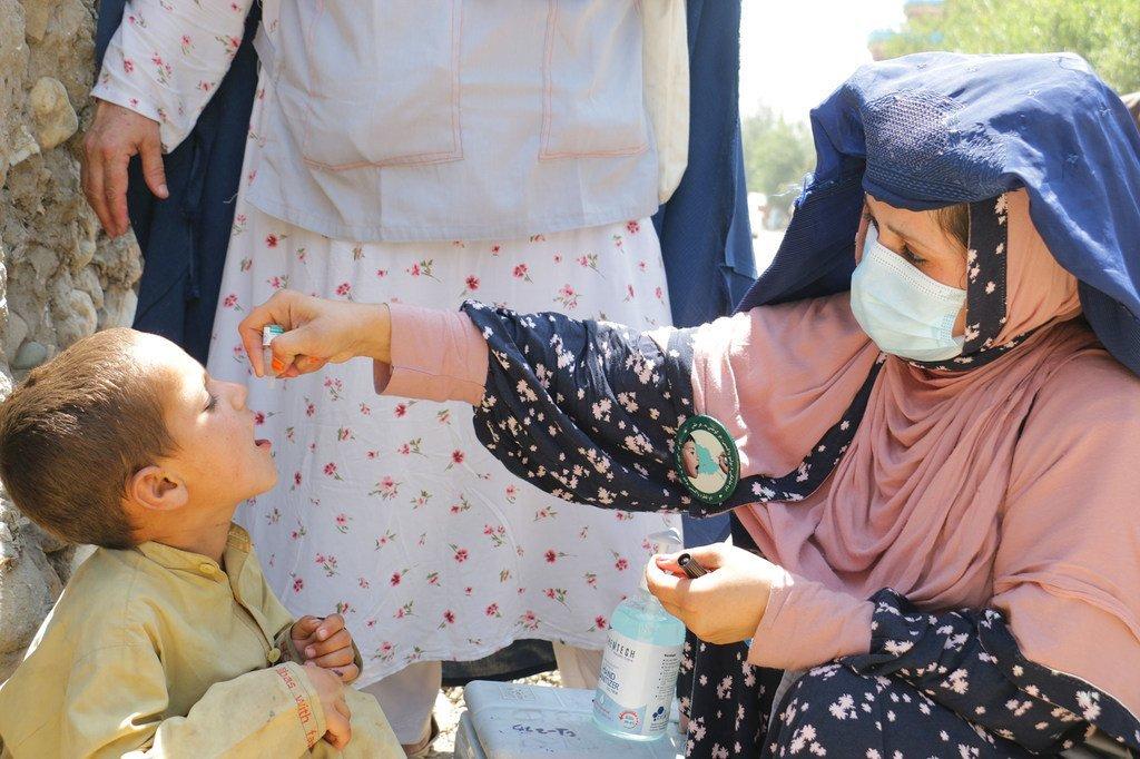 تحصين الأطفال ضد شلل الأطفال خلال استئناف أنشطة التطعيم ضد شلل الأطفال في جلال آباد، أفغانستان.